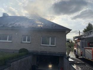 Bewoner naar ziekenhuis na dakbrand in de Geraardsbergen