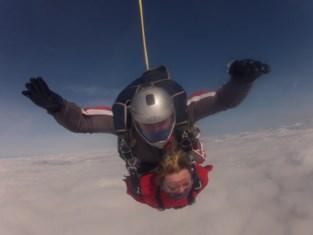 """Verlamde Michèle (50) maakt parachutesprong dankzij haar thuisverpleegster: """"Na een helse periode wilde ik haar verjaardag niet onopgemerkt voorbij laten gaan"""""""