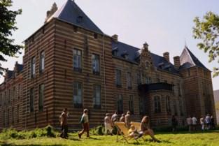 Wandelaars ontdekken erfgoedwandeling door kasteelpark
