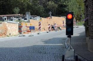 Verkeerslichten tijdens werken aan kerkhofmuur