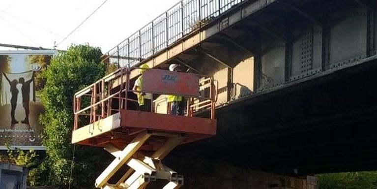 Nieuwe brokkelbrug in Gent? Steenweg afgesloten wegens vallende stenen