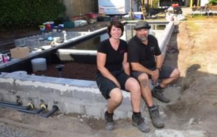 """Koppel uit Hoogstraten legt al vijftien jaar samen zwemvijvers en tuinen aan: """"Wij zijn 24 uur per dag samen"""""""
