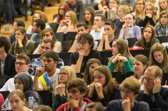 Universiteiten grijpen zelf in en verstrengen regels: waarom doen ze dat en wat betekent het voor de lessen en het studentenleven?