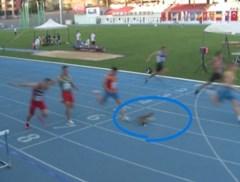 Kat verstoort 100 meter sprint en zorgt net niet voor valpartij