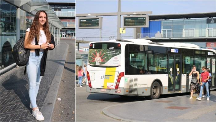 """Bussen zitten zelfs in coronatijden overvol op weg naar school: """"Een paar bussen extra? Dat zou geen overbodige luxe zijn"""""""