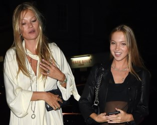 Dochter Kate Moss brengt ode aan haar mama in doorschijnende jurk