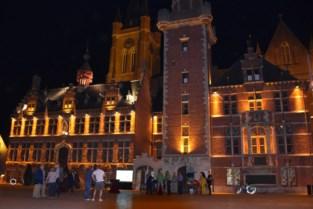 """Stadhuis kleurt twee weken goud: """"Jongeren die vechten tegen kanker een hart onder de riem steken"""""""