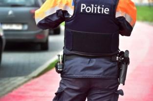 Gekke grimassen trekken naar politie breekt vrouw zuur op
