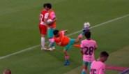 Voor Pedri en Riqui is voetbal écht een eitje: toptalenten van Barcelona dollen erop los in hun roze shirts