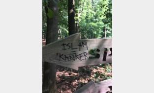 Onbekenden ontsieren bos met racistische slogans