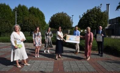 Ladies Circle schnkt opbrengst kalender aan Borstkliniek<BR />
