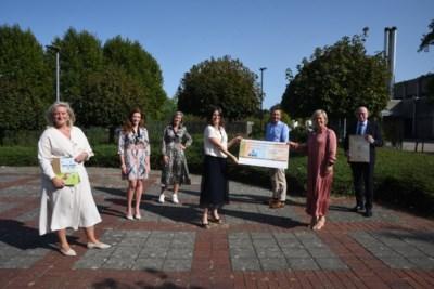 Ladies Circle schnkt opbrengst kalender aan Borstkliniek