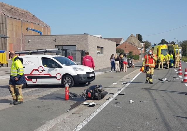 Bromfietser (16) zwaargewond nadat hij auto probeert te ontwijken en op een andere wagen botst