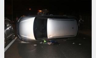 Wagen kantelt na stevige klap, bestuurster gekneld