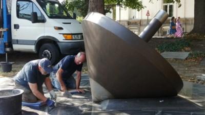Joods monument dat doelwit was van vandalen, is versterkt en teruggeplaatst
