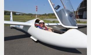 """Ella (19) is eerste vrouw die brevet haalt bij zweefvliegclub Phoenix: """"Er zijn te weinig dames in de luchtvaart"""""""