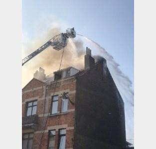 Duttende bewoner in brandend pand gewekt door kreten van voorbijgangers