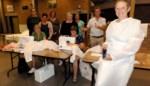 """Vrouwen van Ferm stikken 200 schorten voor rustoord Lindelo: """"Ik zag genoeg modellen voorbijkomen in ziekenhuisseries"""""""