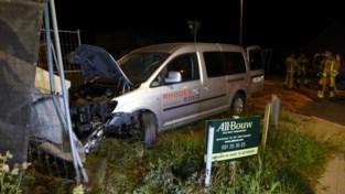 Bestuurder gewond na zware klap tegen geparkeerde wagen