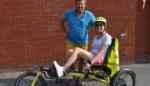 """Lien (31) overstijgt zichzelf en haar beperking door fietstocht van 18 jaar geleden over te doen: """"Dit voelt aan als de Tour winnen"""""""