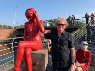 """Mysterieus 'rood meisje' is eindelijk terug thuis: """"Hebben zelfs nog geld over"""""""