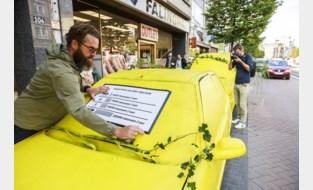 """Begroeide spookauto's palmen parkeerplaatsen in: """"In 1 parkeervak kun je 8 fietsen kwijt"""""""