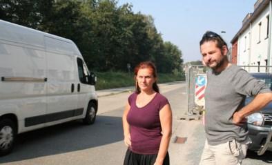 """Buurt wordt geteisterd door zwaar verkeer, dat sinds wegenwerken door hun straat moet rijden: """"Geen lachertje"""""""