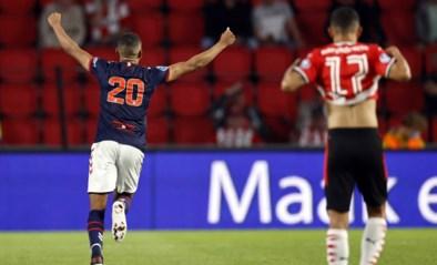 Pijnlijk: PSV-doelman mist controle compleet en ziet bal in eigen doel rollen