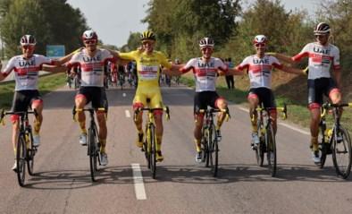 IN BEELD. De slotrit van de Tour met Pogacar in het geel en de omhelzing van Roglic