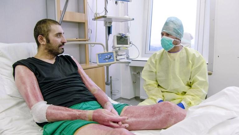 """Zwaar verbrand koppel ziet elkaar voor het eerst in vier maanden terug na ongeval: """"Door oog van de naald gekropen"""""""