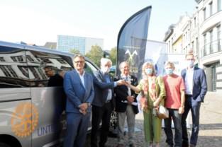 Rotary en De Gouden Schaar schenken minibus aan Bindkracht