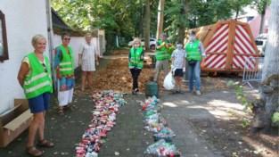 Ruim 55 vrijwilligers en een ezel kuisen Antitankgracht en omgeving op