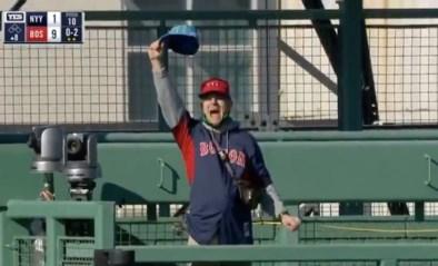 Knotsgekke situatie in baseball: dronken fan duikt op in leeg stadion, gooit met petjes en roept over 9/11
