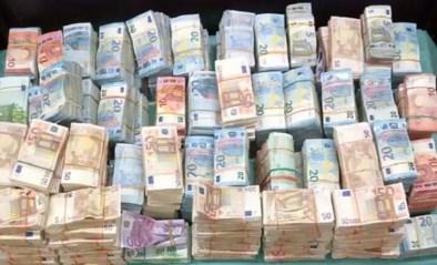 Geheime documenten tonen aan: banken in binnen- en buitenland helpen miljarden verdacht geld wit te wassen