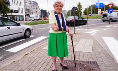 Frieda (83) lag te kermen van de pijn, twee politieagenten twijfelden geen seconde