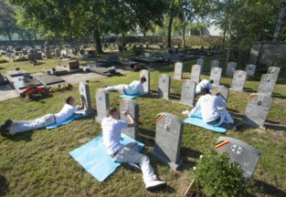 Jongeren liggen urenlang op hun buik op kerkhof voor nobel doel