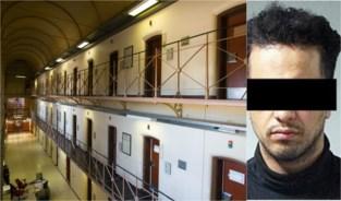 Gevangene mept vier cipiers het ziekenhuis in omdat er maar één wandeling is: drie jaar extra cel gevorderd