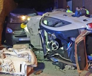 Ravage na ongeval in Melveren: bestuurster gewond, twee auto's en huis beschadigd