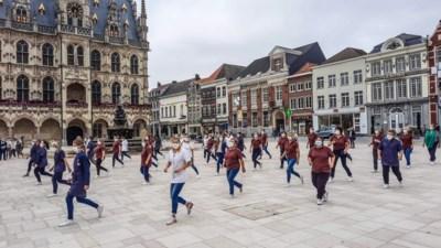 I-mens danst Jerusalema op Oudenaardse Markt