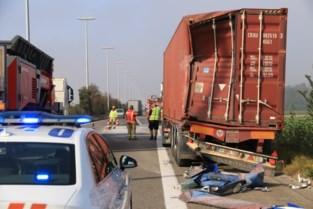 Truck aangereden op pechstrook