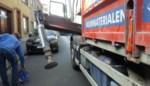 Steunarm vrachtwagen sleurt geparkeerde auto tegen huis