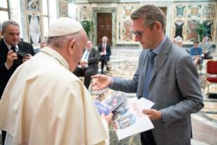 """Gentenaar overhandigt eigen boek aan de paus: """"Het was heel bijzonder"""""""