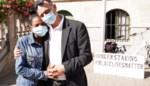 """""""Heel vernederend"""": Pol en Merab protesteren aan het stadhuis omdat ze niet mogen trouwen"""