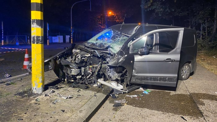 Bestelwagen crasht tegen verkeerslichten op Hasseltweg, bestuurder (47) gewond