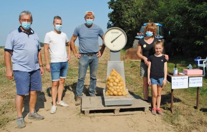 Tweede editie 'zelfraapdag' telt honderden deelnemers minder, maar toch nog bijna vier ton aardappelen rechtstreeks verkocht