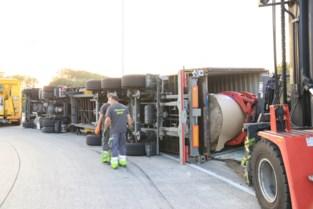 Truck geladen met rollen papier kantelt