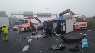 Bestuurder bestelwagen als bij wonder ongedeerd na zware klap tegen vrachtwagen