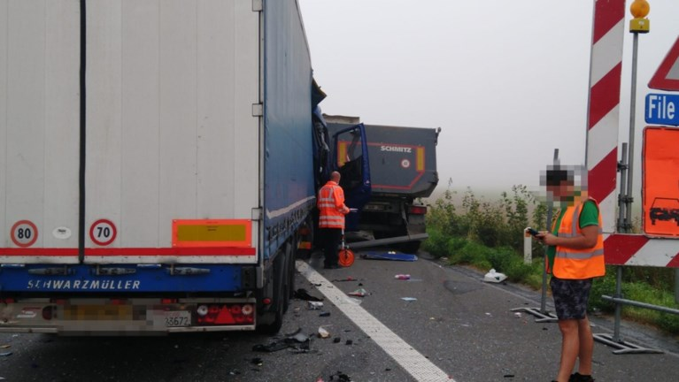 Trucker blijft op miraculeuze wijze ongedeerd na zware klap tegen andere vrachtwagen