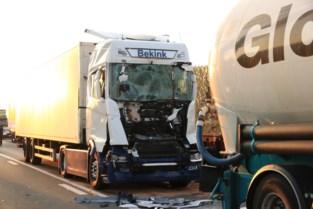 Trucker levensgevaarlijk gewond na ongeval op E34