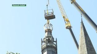 Vergulde haan schittert weer op de torenspits van de kerk in Hamont